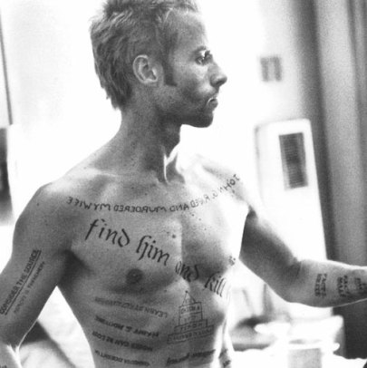 Leonard-Shelby-Memento-Guy-Pearce-b