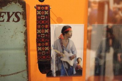 Jimi_Hendrix's_Guitar_Strap_-_Rock_and_Roll_Hall_of_Fame_(2014-12-30_15.22.16_by_Sam_Howzit)