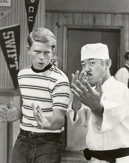 Ron_Howard_and_Pat_Morita_in_Happy_Days_1975_promo