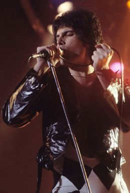 323px-Freddie_Mercury_performing_in_New_Haven,_CT,_November_1977 (1)