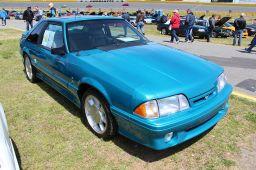 1200px-1993_Ford_Mustang_SVT_Cobra_Hatchback_(14391878516)