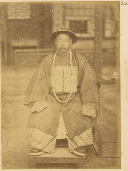671px-Governor-General_of_Shan_gan,_Zuo_Zongtang,_in_Military_Garments_with_Long_Court_Beads._Lanzhou,_Gansu_Province,_China,_1875_WDL1904