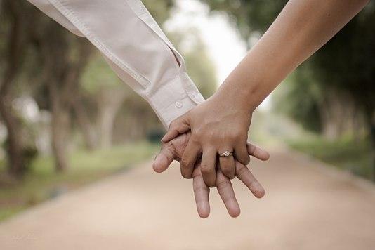 640px-Engaged_couple_linking_fingers_(Unsplash)