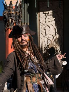 669px-Dale_Clark_poses_as_Johnny_Depp,_in_Pirates_of_the_Caribbean,_24391